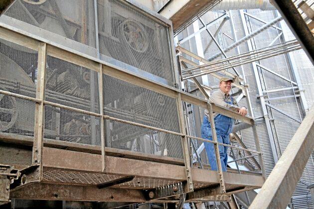 Peterson Farms torkar spannmålen i två fristående torkar med kontinuerligt flöde. Spannmålen är i torken 2-3 timmar beroende på fukt och värme.