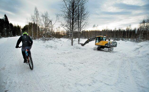 En grävmaskin och några fickor för timmer. Det är allt som än så länge syns av det som kallas för det största svenska industriprojektet i modern tid.