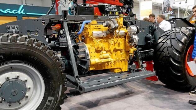 Cat-motorn är lågt monterad rakt under hytten.