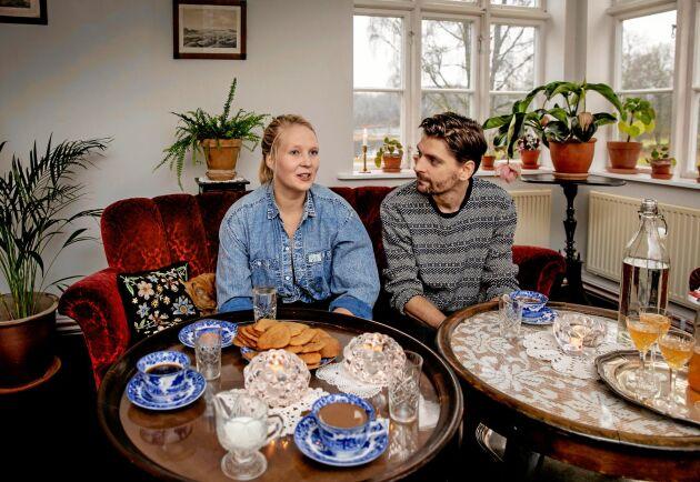 """Vardagsrummet används som salong när Lisa Wahle och Henrik Wrangstedt anordnar kalas eller middagar i sitt hem på Lamberts gård i Hjärtared. Vinröda sammetssoffor och vackra fönster som vetter mot sjön bidrar till atmosfären. """"Många gäster tycker det är mysigt med pop-up-restaurang. Mer hemlikt kan det knappast bli"""", säger Henrik Wrangstedt."""