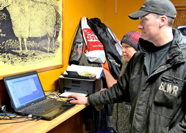 Tomas och Anna Olsson har stenkoll på sina djur tack vare det nya dataprogrammet.
