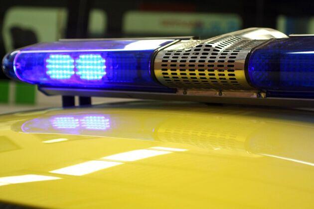 En man fick föras till sjukhus i natt sedan han fastnat i en skördetröska.