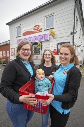 Eva Anderssons dotter Ellen i korgen och Lina Wejlemos dotter Natalie kanske kan bli nästa generations handlare i Killhult.