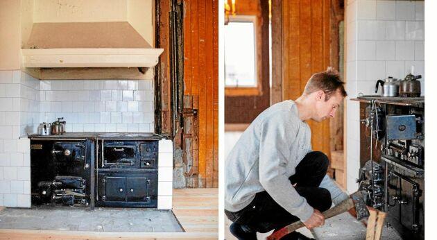 En rejäl vedspis värmer bra i köket. Bakom Johan syns den ockrafärgade pärlsponten som kom fram när paret rev bort masoniten.