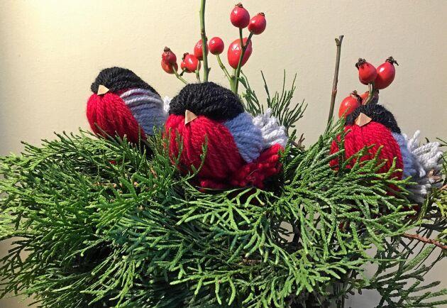 Här sitter de, på var sin gren i vasen. Knubbiga domherrar av garn.