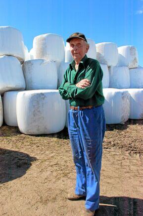 Efter 70 år i lantbruket är 86-årige Folke Johansson aktiv i ensilageskörden.