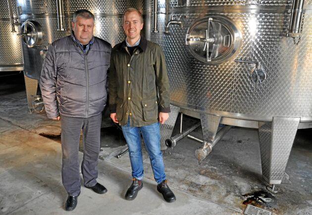 Palinka. Zoltan Bolyhos är VD för familjeföretaget Bolyhos i Újszilvás. De tillverkar nationaldrycken palinka. Till höger i bild står även Carl-Axel Andersson, LRF Konsult.