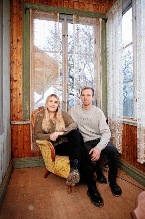 Emilia och Johan har lagt ned tusentals timmar på sitt ödehus. Här på sin glasveranda som ska bli som ny till sommaren.