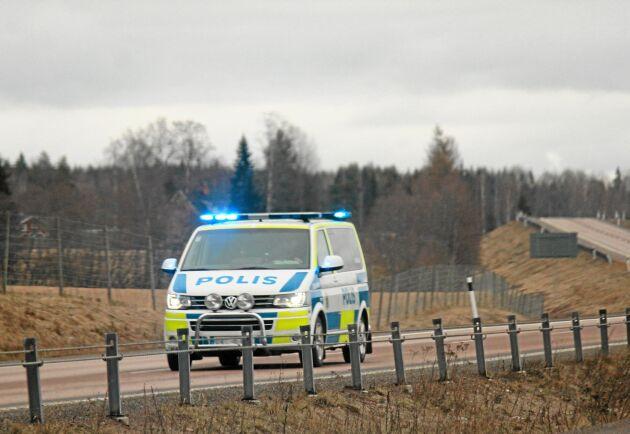 Polisen kan omöjligen garantera att en polisbil finns på plats inom rimlig tid om ett våldsbrott inträffar på kvällstid, enligt skribenten.