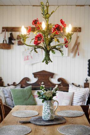 Helenas estetiska sinne syns överallt i huset, som i detta stilleben med färgglad blomsterlampa, vacker bukett och fina naturfärger.