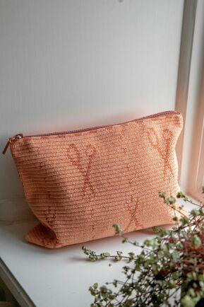 Den virkade väskan i bomull är perfekt för pysslet, hårborstarna eller sminket. Bara att välja.