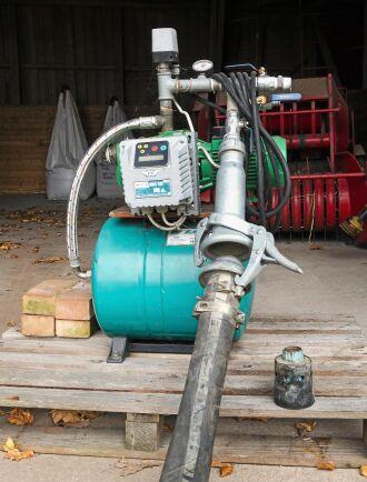 Lågtryckspump med arbetstryck 2-3 bar, hydrofor med tryckregulator och fasvakt för underbevattning.