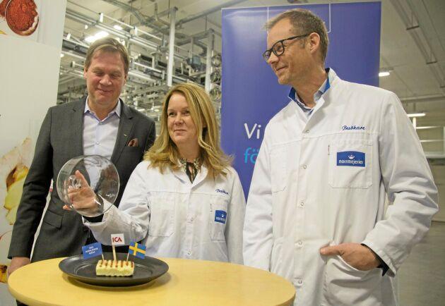 Landsbygdsminister Jennie Nilsson var på plats när Anders Svensson, Ica, och Anders Fredriksson, Norrmejerier, presenterade samarbetet om svensktillverkad grillost.