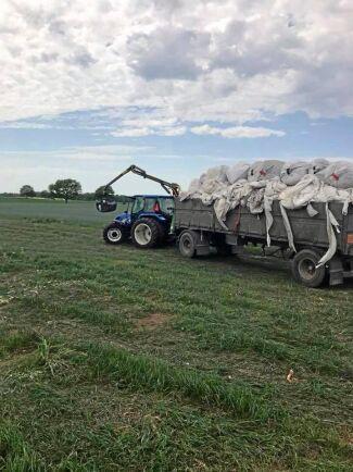 I priset för lantbruksplast ingår en återvinningsavgift som förhoppningsvis kan sänkas eller på sikt försvinna helt om den nya affärsmodellen med granulattillverkning i Sverige blir framgångsrik.