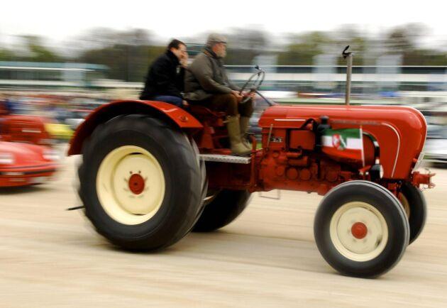 Traktorn på bilden är inte samma som satte hastighetsrekordet.