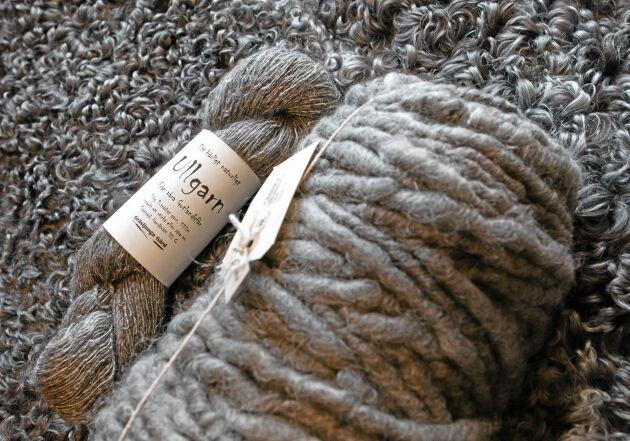 Råull skickas till spinnerier i Skåne och Danmark. I butiken finns ullgarn av flera olika tjocklekar.