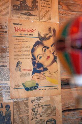 Matsalens väggar har delvis tapetserats med gamla tidningar som kom fram vid renoveringen.