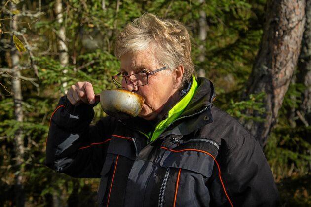Kerstin Sixhöj njuter av det källvatten, som finns på några ställen. Annars gäller det att bära med sig vatten.