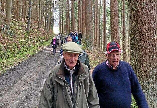 Sir Michael Strang Steel äger egendomen Philiphaugh, nära Peebles. Här är han i samspråk med Walter Eriksson, skogsägare i Hunge, Jämtland.