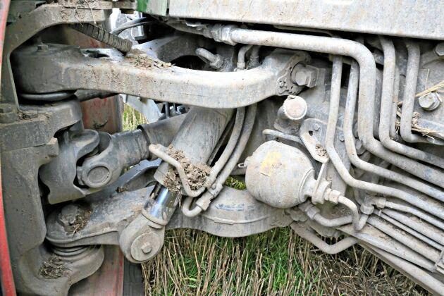Framaxeln med individuell fjädring av fiskbenstyp. På tillvalslistan finns stabilitetskontroll som blockerar fjädringen för ytterhjulet då traktorn svänger.