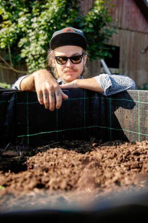 Danne inspekterar en ny sorts kompost som paret testar. Bra och frisk kompostjord är central i deras intensiva odling.