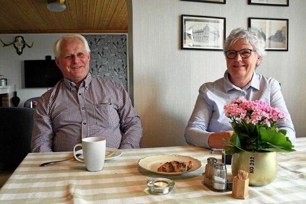 Ulf och Birgitta Eliasson i det samlingsrum där det serveras frukost och fika.
