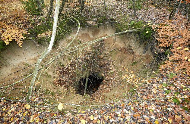 Utanför Onslunda på Österlen finns rester från gruvbrytning på 1940-talet, marken är förstörd och 20 meter djupa gruvschakt ligger i dagen mitt ute i den fina skogen vid Onslunda.