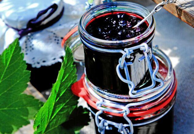 Lyxigt och vackert med hemgjord svartvinbärssylt i fina glasburkar. Ge bort i present eller ställ fram på frukostbordet.