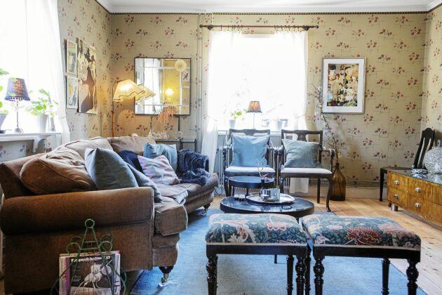 De antika möblerna samsas med nya, som den bekväma nyköpta soffan som passar bättre för en familjs fredagsmys än en hård 1940-talssoffa.