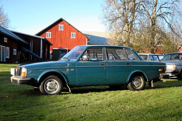 Blå Volvo 244 L, 1977. Likadan som farfars. En extremt välskött bil som Henrik hittade på Blocket.