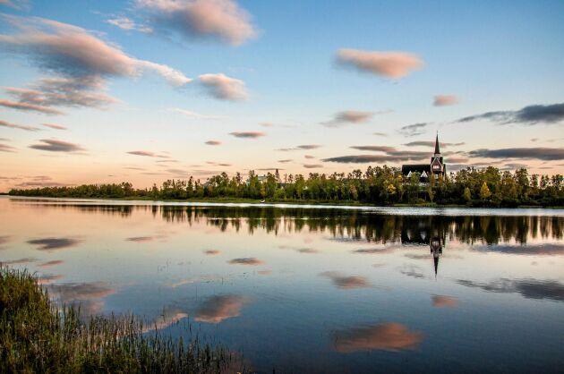 I Karesuando, där Sveriges nordligaste campingplats finns, kan du uppleva midnattssolen.