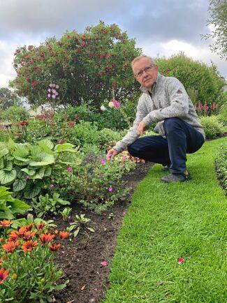 Här har Håkan Olhage sin terapi, sitt lugn. Så fort vädret tillåter vill han ut och ta hand om trädgården. Foto: Susann Olhage.
