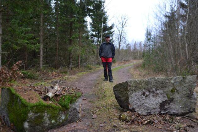 Så snart den sista husvagnen lämnat skogen blockerade Stig Lundström skogsbilvägen med två stenbumlingar.