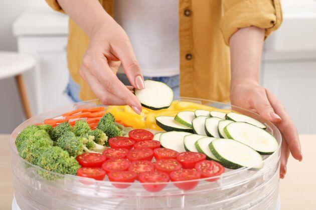 När du torkar mat avlägsnar du allt vatten från råvaran. Att torka frukt, svamp och kött är ett effektivt sätt att bevara dem tills när du vill använda dem.