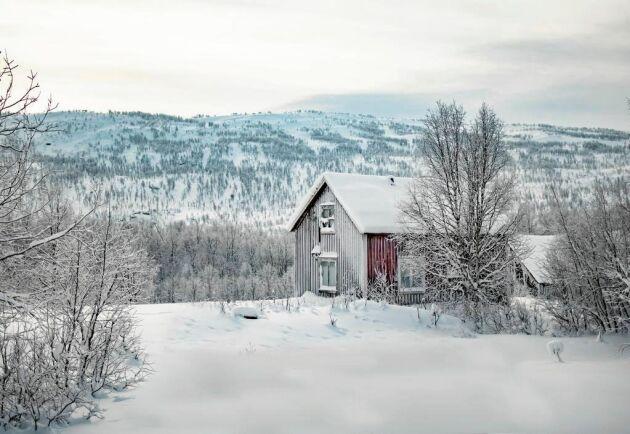 Förutom boningshuset ligger två mindre kojor och en ladugård också på fastigheten.