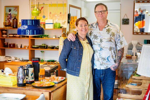 Ann-Charlott och Per älskar möbler och prylar från 1950- och 1960-talen. Här i sin lilla retrobutik de driver fritiden.