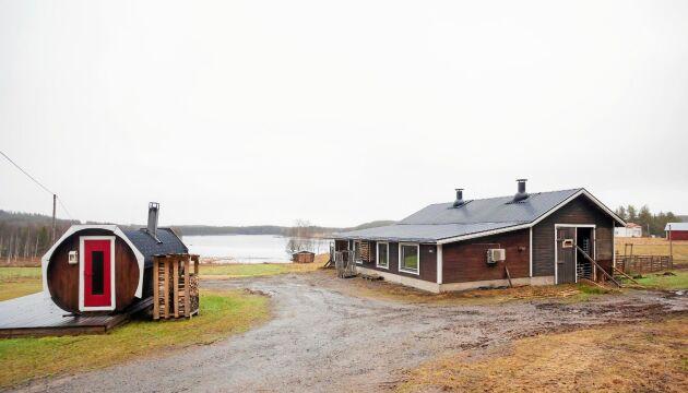 Huset och bastun med utsikt över Kalixälven.