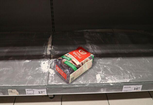 I en livsmedelbutik i Motala söndagen 15 mars 2020 gapar hyllorna för vetemjöl tomma.