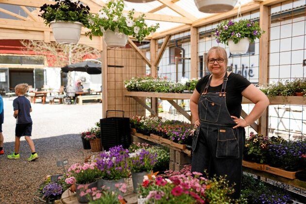 """Förr drev Anneli Schaake sin blomster- och inredningsaffär NackhelleHem som en gårdsbutik hemma. """"Här har jag med mig den goa känslan hemifrån min hallandslänga från 1700-talet. Det hade inte gått i centrala Varberg"""", säger hon."""