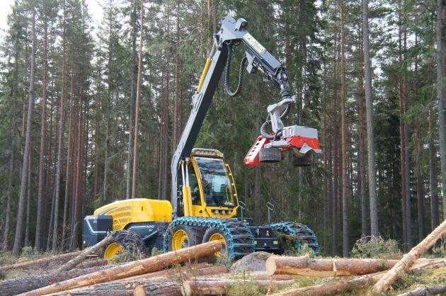 Bristen på vinter tvingar nu skogsentreprenörer att ställa sina maskiner i väntan på bättre bärighet.