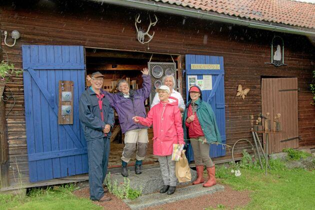 Silva Thorsdotter pratar trädgård med glada besökare som inte lät sig hindras av regnet.