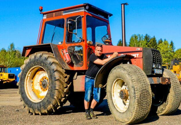 250 HK! Emil Gunnarsson med sin Valmet 2005. Den här besten är testad med 250 hästkrafter på tappen och den spinner lätt loss på asfalt.
