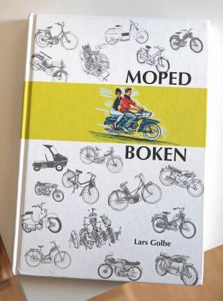Lars kallar skämtsamt Lars Golbes mopedbok för bibeln. Där hittar han fakta om en rad gamla mopeder.