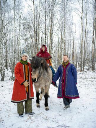 Som tagna ur en sagobok – Korp, Robert och sonen Vide på islandshästen Veiga.