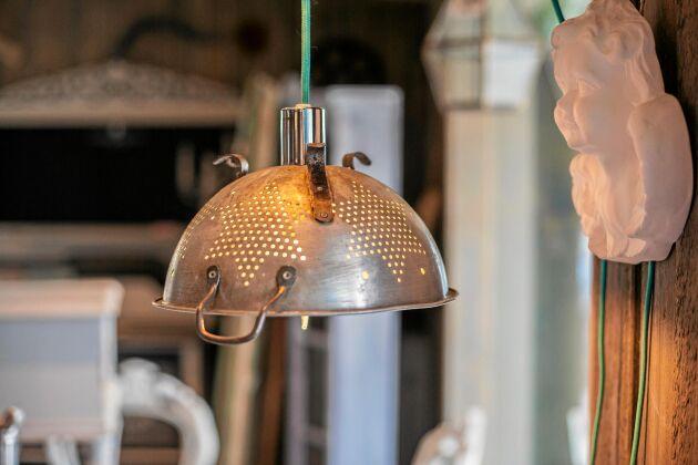 Ljus idé med en lampa gjord av ett gammalt durkslag. Foto. Eva-Lisa Svensson