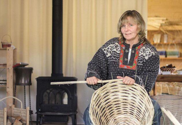 För drygt 20 år sedan bestämde sig Carina Hedin för att bli korgmakare. Hon utbildade sig i Gränna och flätar nu korgar i en egen verkstad.