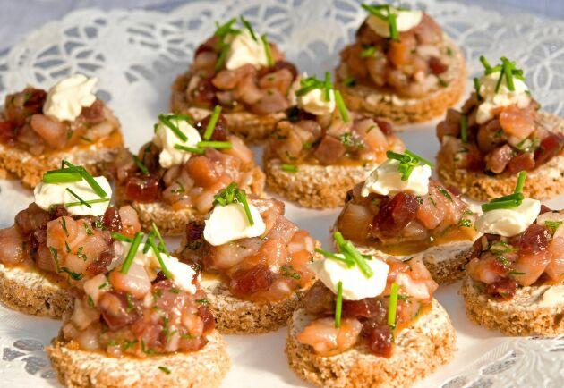 Gott och lättlagat. Håkan Larssons tartar på matjes blir lätt en favorit på midsommarfesten.