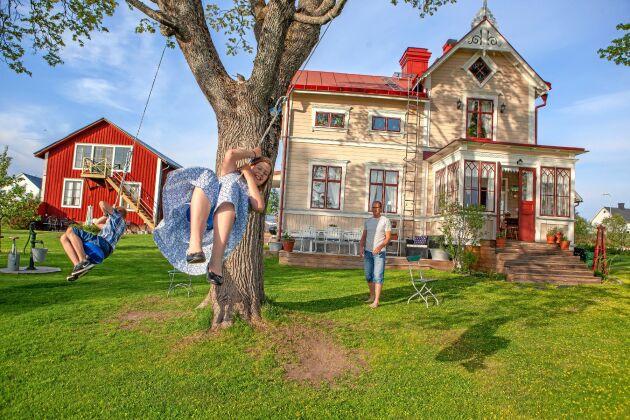 Barnen Alva och Albin har mycket plats att leka på den stora tomten.