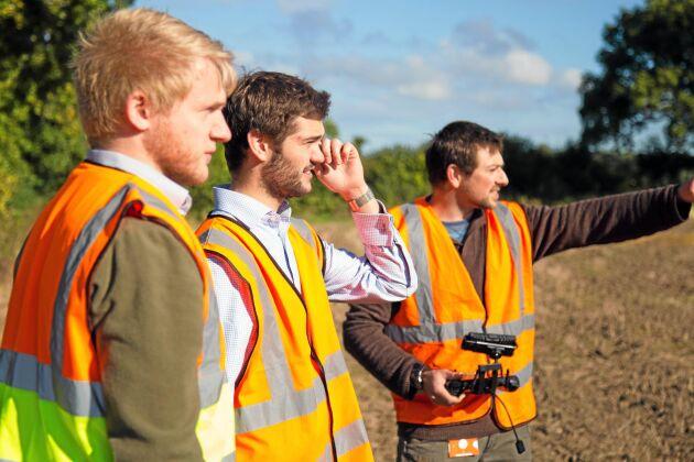 Martin Abell, projektledaren Jonathan Gill samt Kit Franklin kontrollerar utvecklingen på sitt Handsfree hektar med maltkorn