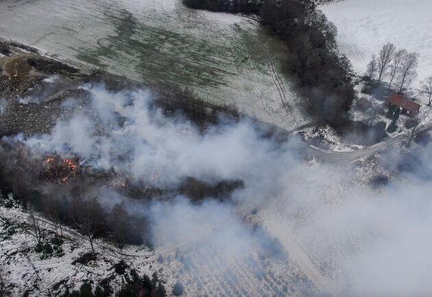 """""""Materialet på området skulle ju inte vara miljöfarligt i sig, det skulle sorteras och säljas vidare. Det är först när det brinner som avfallet blir ett miljöproblem"""", säger markägaren Anders Fredin."""